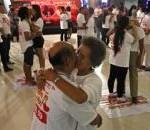 タイのリゾートで「長時間キス」に挑戦、70代カップルも参加